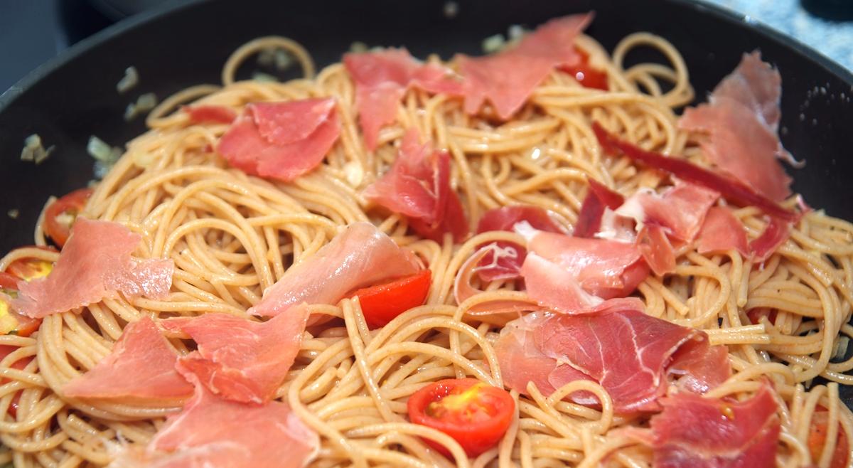 spaghetti mit parmaschinken und rucola cuisine de christine. Black Bedroom Furniture Sets. Home Design Ideas